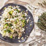 Lekki makaron ryżowy z zielonymi warzywami